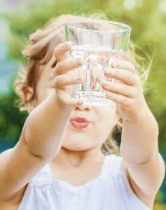 verre d'eau purifié par le charbon actif binchotan Baytiz
